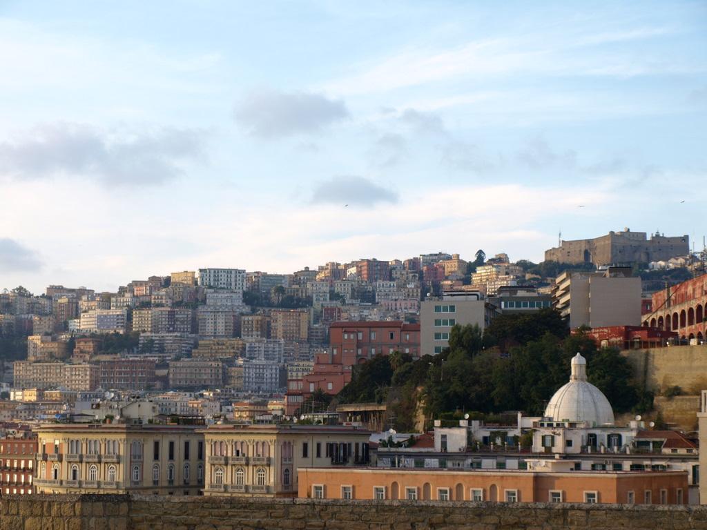 Pa115636 ここから街並みを見ると、ヴォメロの丘の頂上にあるサン・マルティーノ美術...